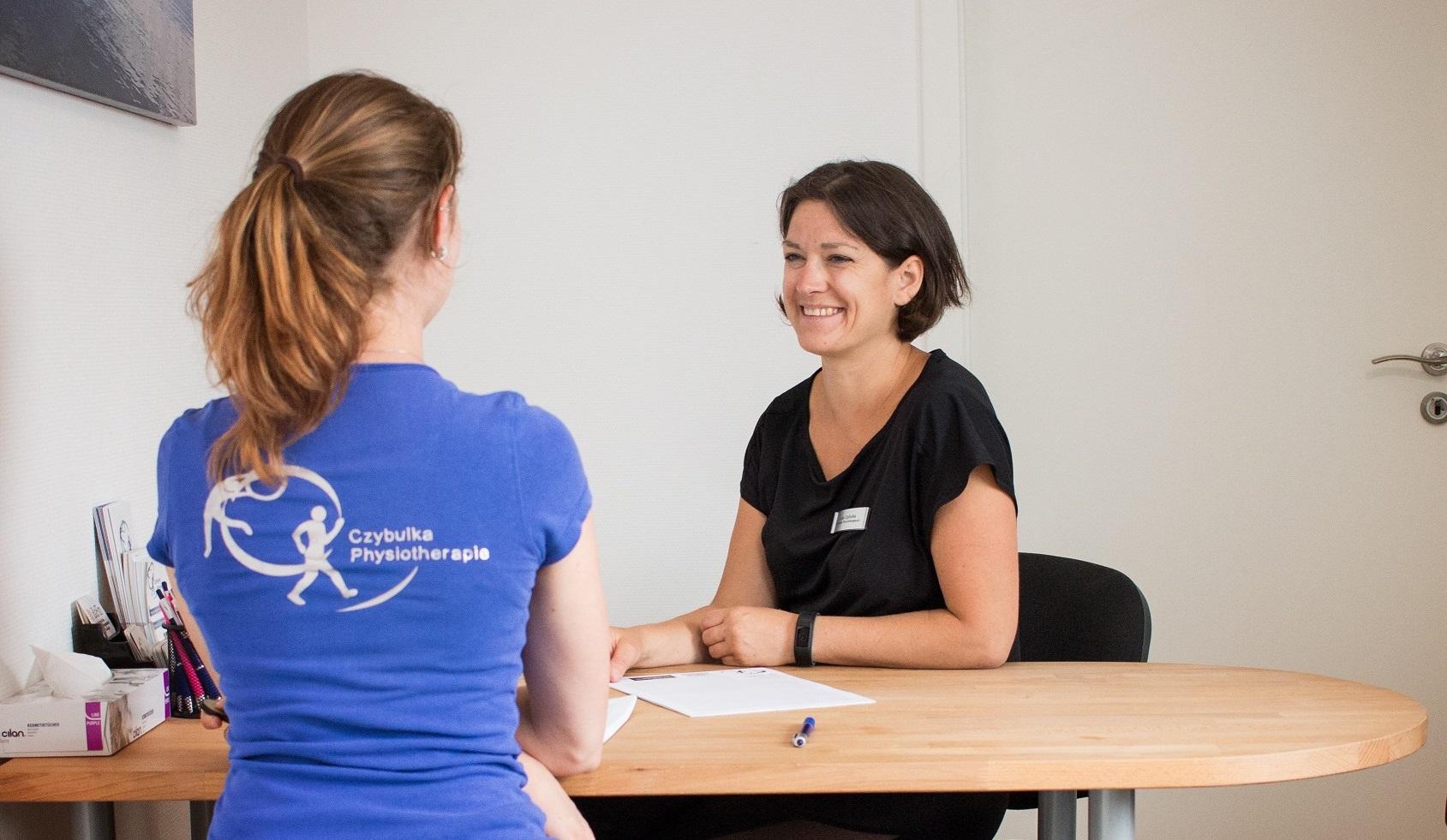 Lea Czybulka im Gespräch mit einer Mitarbeiterin.